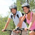 Cyklister med cykelhjelm