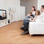 Familie ser TV