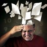 Stress - mand med en masse papirer flyvende ud af hovedet