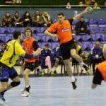 Håndbold - mand med bold holdt i strakt arm