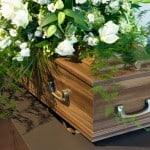 Kiste står i kapellet før begravelse arrangeret af bedemand