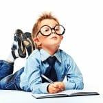 Dreng med slips og briller laver lektier